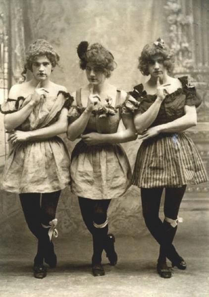 """Tre giovani inglesi \""""alla moda\"""" a Yale nel 1883."""