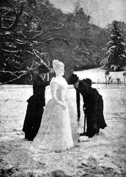 Due donne che fanno un pupazzo di neve