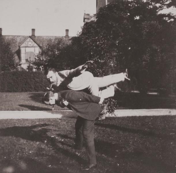 Lo zar Nicola II (con il vestito chiaro) fa... l\'aeroplanino (1899)